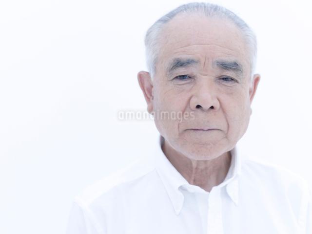 見つめるシニアの男性の写真素材 [FYI01430675]