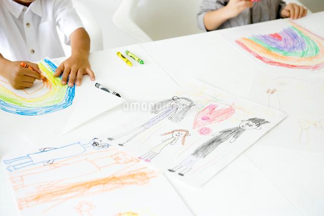 クレヨンで絵を描く子供の手元の写真素材 [FYI01430798]