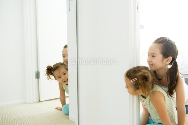 壁際から鏡を覗き込む女の子二人の写真素材 [FYI01430898]
