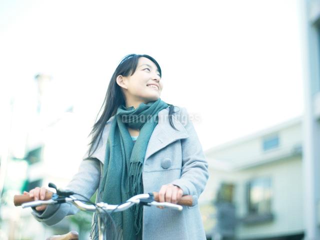 自転車を押して歩く10代女性の写真素材 [FYI01430956]