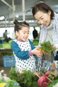 孫娘と野菜を買う祖母の写真素材 [FYI01431047]