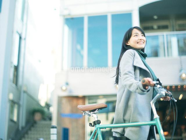 自転車を押して歩く10代女性の写真素材 [FYI01431114]
