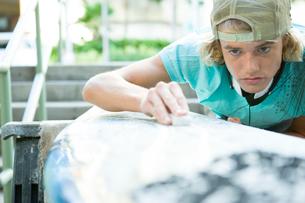サーフボードと若い男性の写真素材 [FYI01431148]