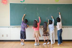 黒板に書く小学生の写真素材 [FYI01431155]