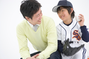 並んで座る笑顔の親子の写真素材 [FYI01431214]