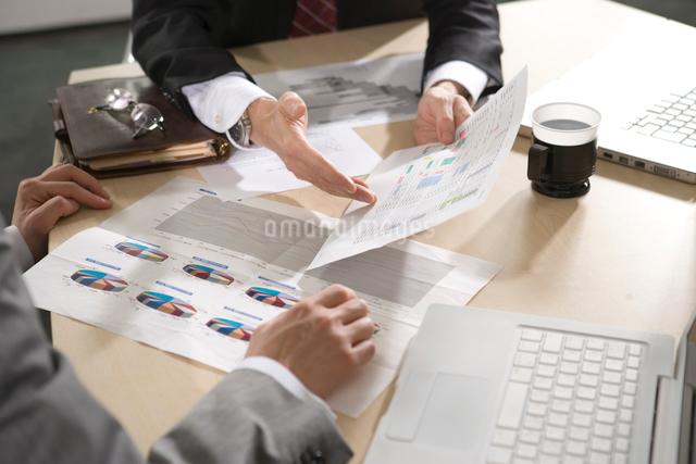 打ち合わせをするビジネスマンの写真素材 [FYI01431256]