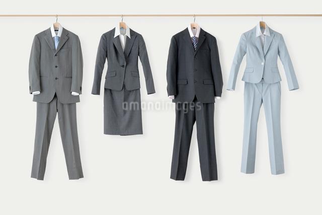 男女のビジネススーツ4着の写真素材 [FYI01431289]