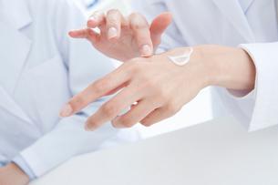 薬品を試す女性研究員の手元の写真素材 [FYI01431331]