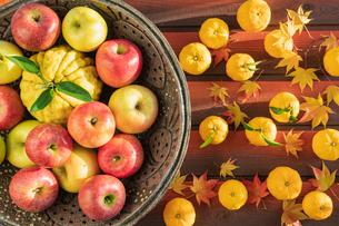 秋の味覚 リンゴとユズの写真素材 [FYI01431345]