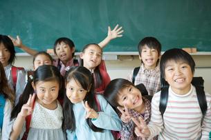 Vサインをする笑顔の小学生の写真素材 [FYI01431396]