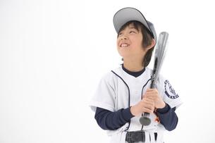 バットを持つ笑顔の少年の写真素材 [FYI01431422]