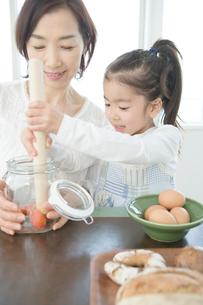 一緒に料理をする祖母と孫娘の写真素材 [FYI01431453]