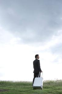 海を眺める30代のビジネスマンの写真素材 [FYI01431497]