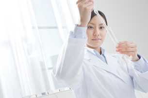 試験管を持つ20代女性研究員の写真素材 [FYI01431517]