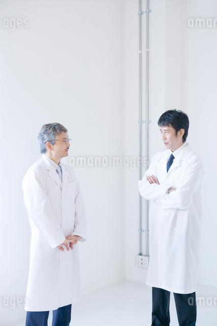 白衣の男性2人の写真素材 [FYI01431520]