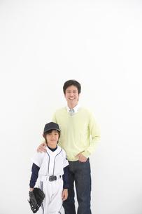 肩を組む笑顔の親子の写真素材 [FYI01431562]