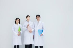白衣の男女3人の写真素材 [FYI01431626]