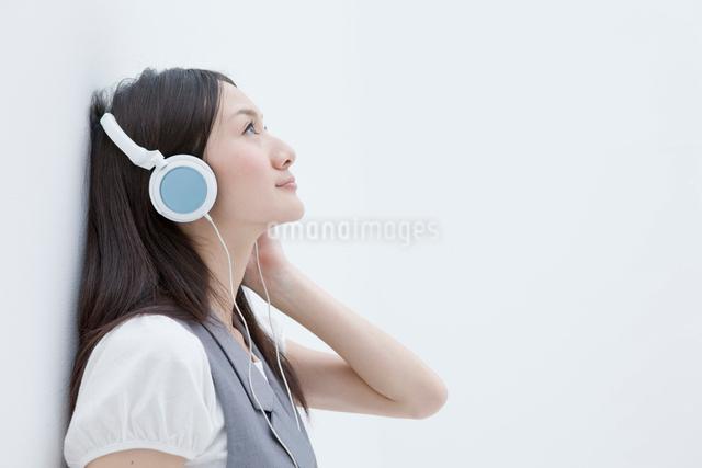 ヘッドフォンで音楽を聴く20代女性の横顔の写真素材 [FYI01431683]