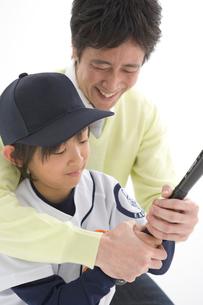野球をする親子の写真素材 [FYI01431690]