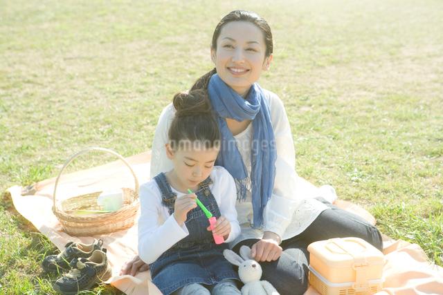 野原の母と娘の写真素材 [FYI01431827]