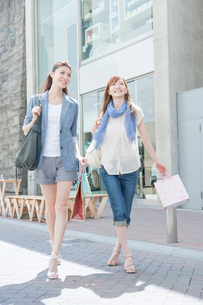 買い物をする女性の写真素材 [FYI01431898]
