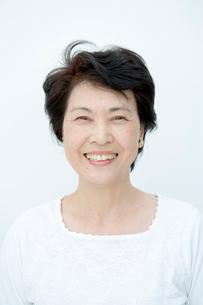 笑顔の60代女性の写真素材 [FYI01431951]