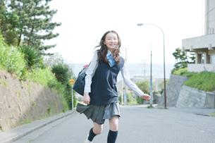 走り出す女子高生の写真素材 [FYI01431985]