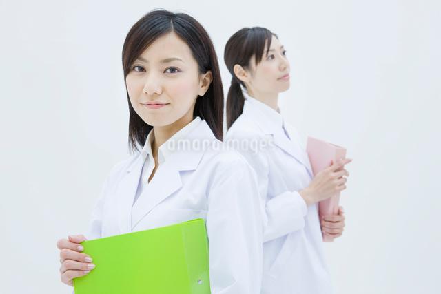 白衣の女性2人の写真素材 [FYI01432025]