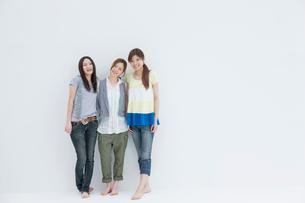 笑顔で並ぶ20代女性3人の写真素材 [FYI01432049]