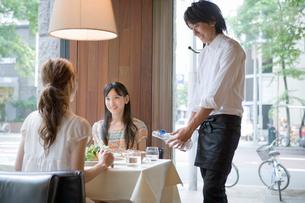 働く若いウエイターと客の写真素材 [FYI01432114]