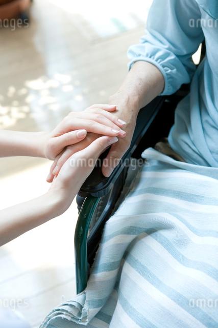 手を握る介護士と高齢者の手の写真素材 [FYI01432269]