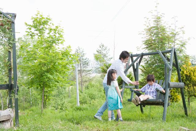 遊具で遊ぶ親子の写真素材 [FYI01432373]