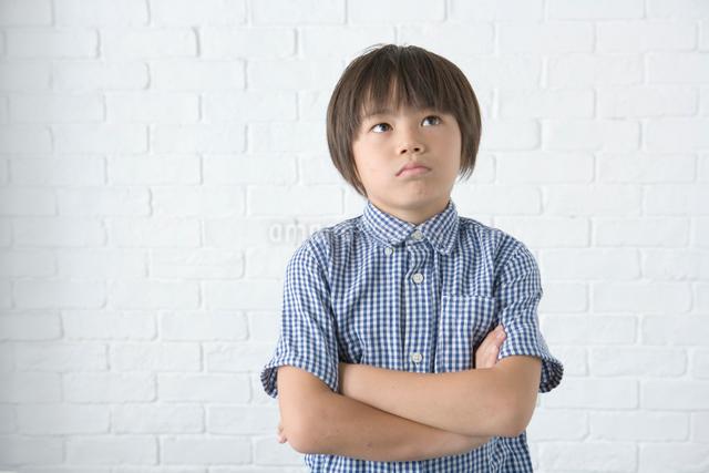 考え事をする男の子の写真素材 [FYI01432423]