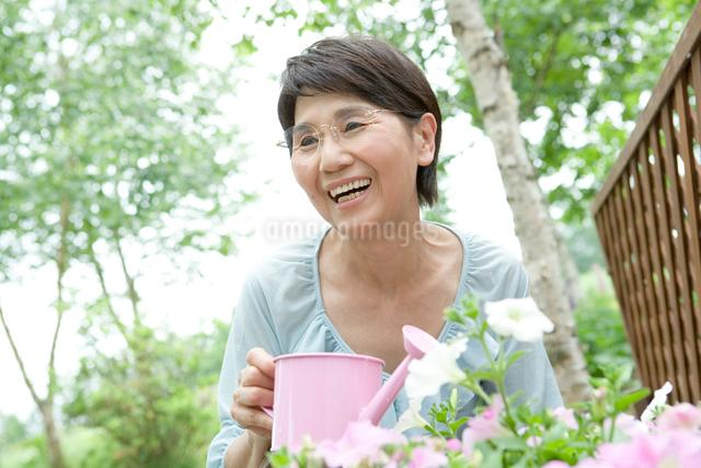 水遣りをする60代の女性の写真素材 [FYI01432549]