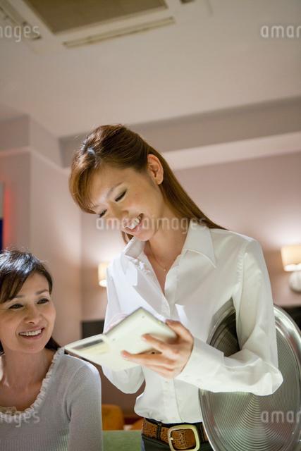 注文を聞くウェイトレスと客の写真素材 [FYI01432550]
