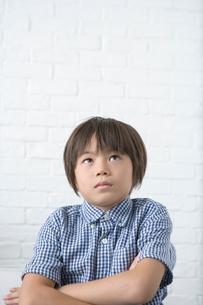 考え事をする男の子の写真素材 [FYI01432566]