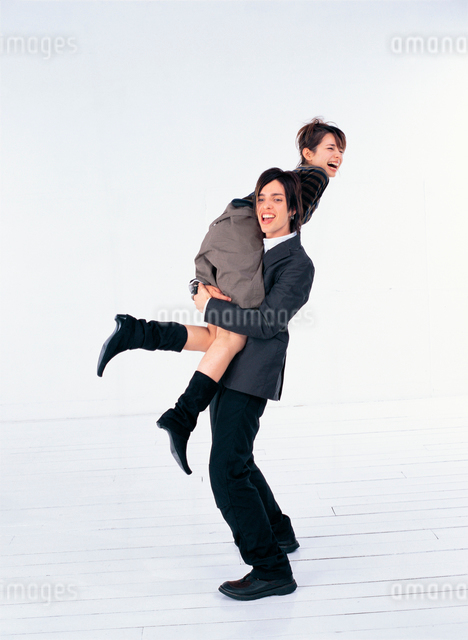 日本人と外国人のカップルの写真素材 [FYI01432716]