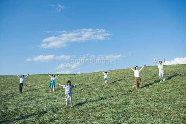 空を仰ぐ三世代家族の写真素材 [FYI01432835]