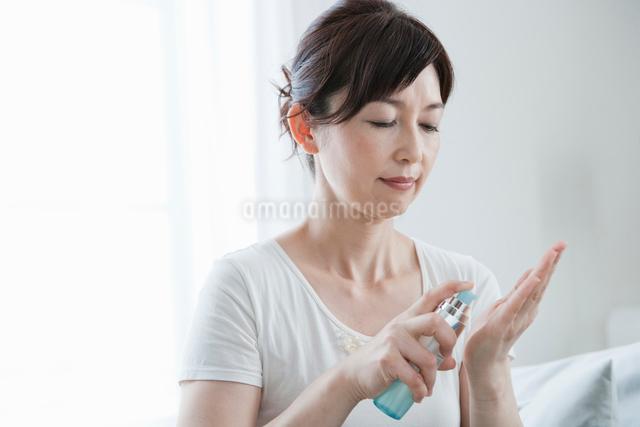 化粧品を手に取る40代女性の写真素材 [FYI01432837]