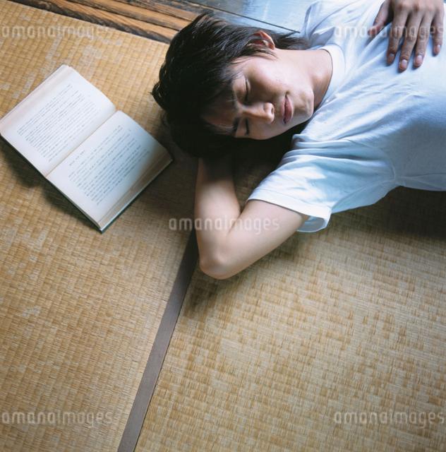 うたた寝する日本人男性の写真素材 [FYI01432991]
