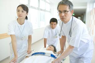 患者を運ぶ医師と看護師の写真素材 [FYI01433321]