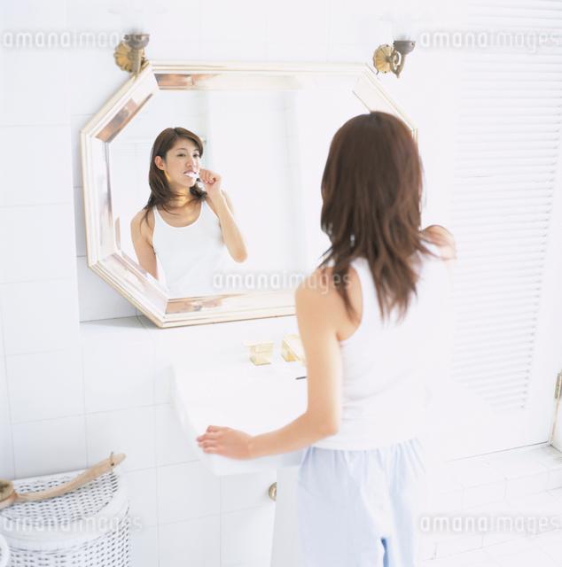 歯を磨く日本人女性の写真素材 [FYI01433326]