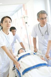 患者を運ぶ看護師と医師の写真素材 [FYI01433397]