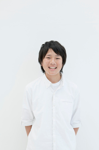 白バックで微笑む息子の写真素材 [FYI01433408]