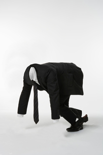 走り出す透明人間のビジネスマンの写真素材 [FYI01433454]