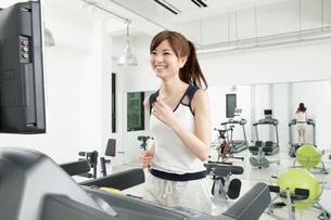 ルームランナーでランニングする女性の写真素材 [FYI01433462]