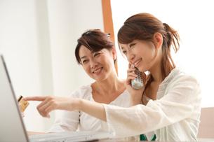 インターネットショッピングをする母と娘の写真素材 [FYI01433532]