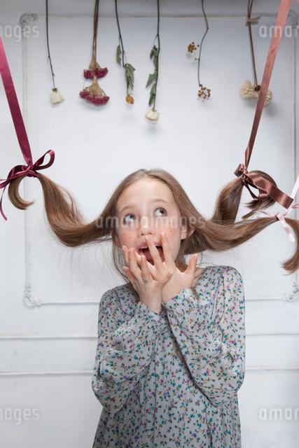 驚いた表情の女の子の写真素材 [FYI01433555]