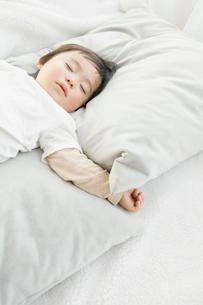 眠る赤ちゃんの写真素材 [FYI01433601]