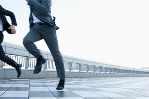 走る30代男性ビジネスマンの写真素材 [FYI01433663]